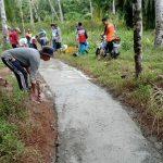 Dengan Swadaya Masyarakat Kampung Binglu Bangun Jalan Lingkungan