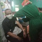 Dokter UPT Puskesmas Kec. Bungbulang Kab. Garut Didampingi Penilik PAUD Dan Dikmas Korwil Bid. Pendidikan Kec. Bungbulang Lakukan Vaksinasi Covid 19 Bagi Guru